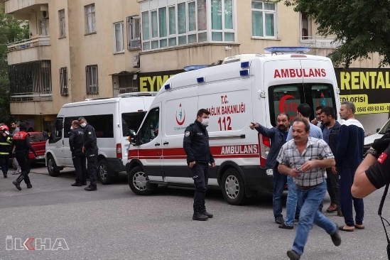 İtfaiye ekipleri kapıyı kırarak alevler arasında kalan vatandaşı kurtardı