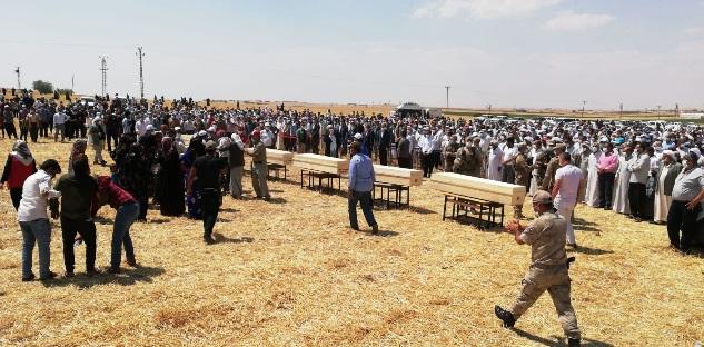 Konya'nın Yunak ilçesinde tarım işçilerini taşıyan minibüsün TIR ile çarpışması sonucu hayatını kaybeden 3'ü çocuk 7 kişi Şanlıurfa'da toprağa verildi.