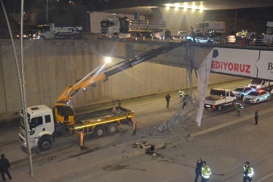 Şanlıurfa'da çimento yüklü kamyon köprüden aşağı düştü: 5 yaralı