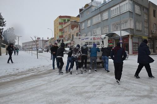 Kardan dolayı yüzlerce araç yolda mahsur kaldı