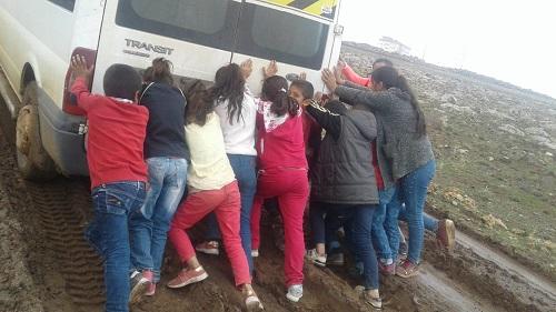 Çocukların bugünkü dersi minibüs itekleme !