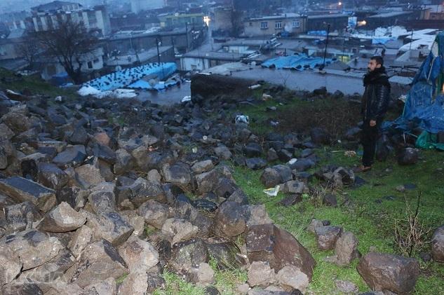 İhata duvarı yıkılan kale tehlike oluşturuyor