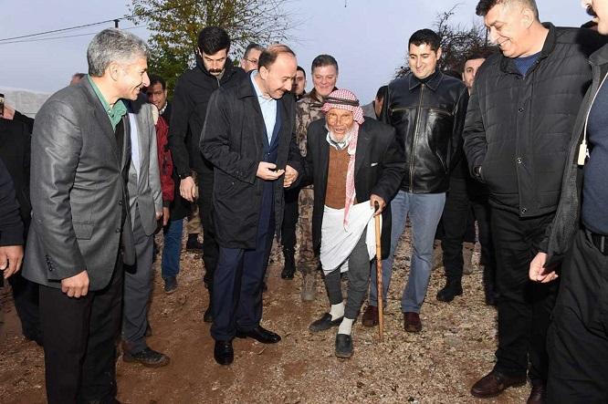 Vali Erin, evini sel basan Mehmet Dede'yi ziyaret etti
