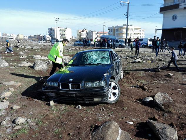 Otomobil yoldan çıkarak anne ve kızlarına çarptı: 6 yaralı