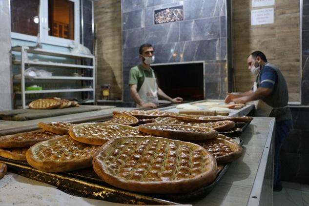 Ramazan ayına özel pişirilen pideler yoğun ilgi görüyor