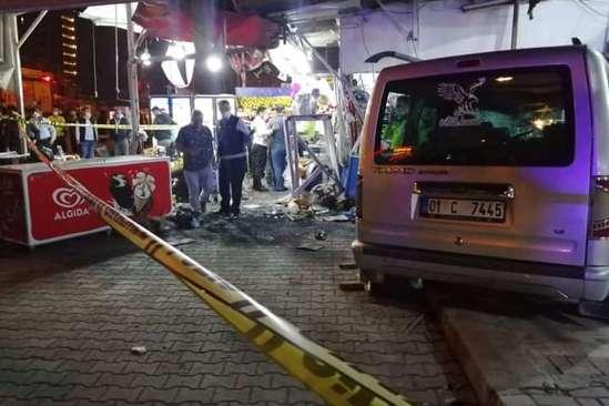 Karaköprü'de hafif ticari araç markete daldı: 7 yaralı