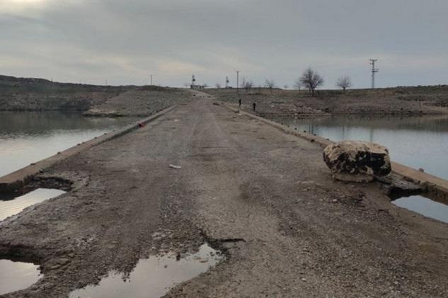 Sular çekilince 30 yıldır su altında kalan köprü gün yüzüne çıktı