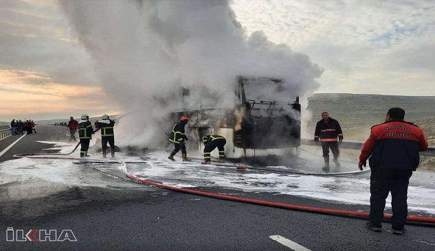 Şanlıurfa'da bir yolcu otobüsü alev alev yandı