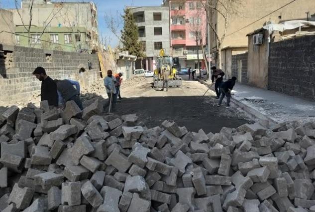 Siverek'te sokaklar kilitli parke taşıyla döşeniyor