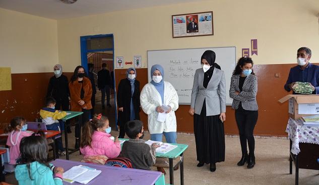 Başkan Çakmak öğrencilere kırtasiye malzemesi dağıttı