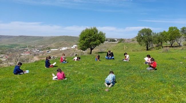 Siverek'te öğrenciler güneşli havada kitap okudu