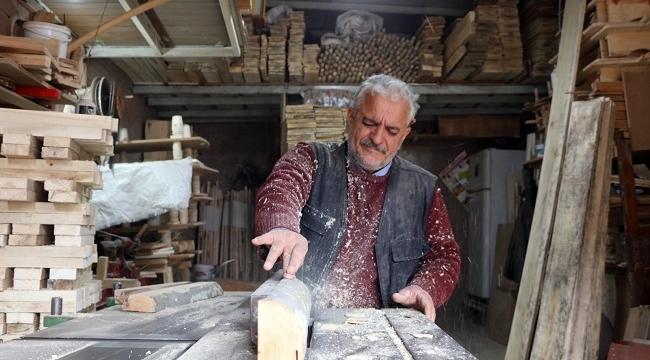 Siverek'te tahtadan yaptığı araçlarla geçimini sağlıyor