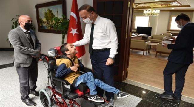 Vali Erin İki Engelliye tekerlekli sandalye hediye etti