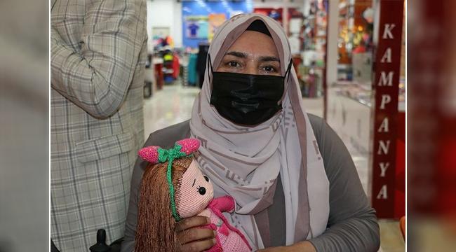 Engelli kadın halk eğitim merkezinde oyuncak bebek yapmayı öğrendi