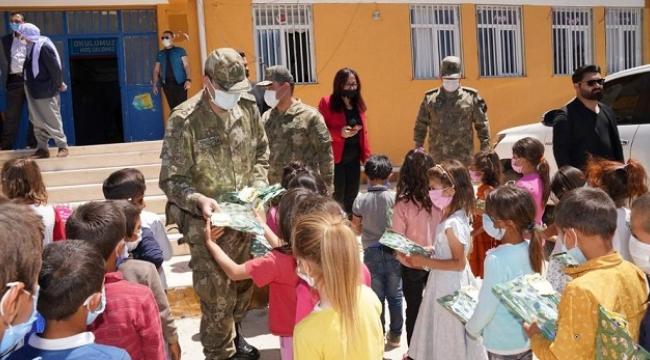 Siverek'te 700 öğrenciye kırtasiye malzemesi dağıtıldı