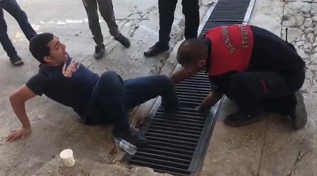 Ayağı mazgala sıkışan genci itfaiye ekipleri kurtardı