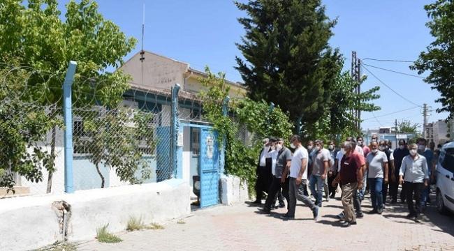 Hilvan'da elektrik kesintilerini protesto eden muhtarlar DEDAŞ'a yürüdü