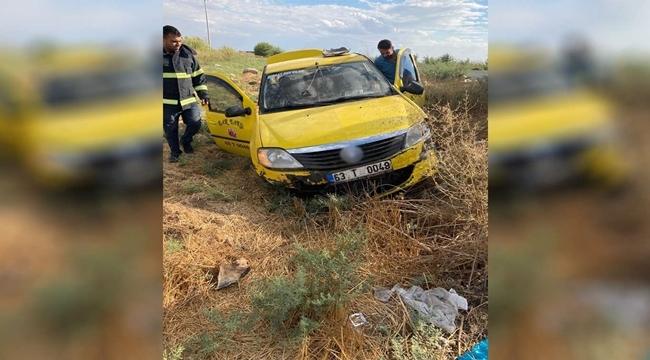 Akçakale'de ticari taksi şarampole devrildi: 2 yaralı