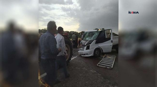 Otomobil ile kamyonet kafa kafaya çarpıştı: 3 Yaralı