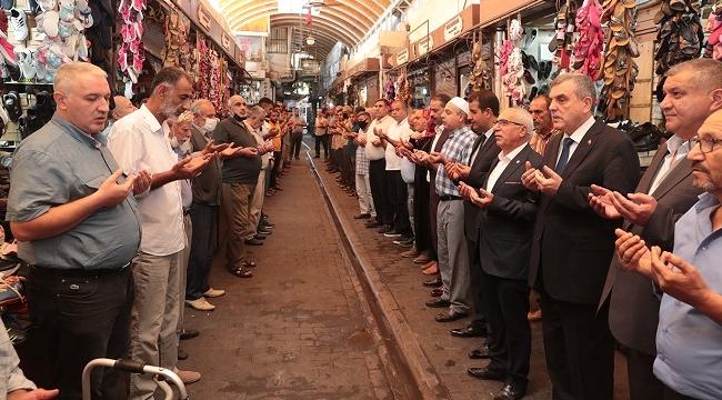 Şanlıurfa'da esnaf dualarla kepenklerini açıyor